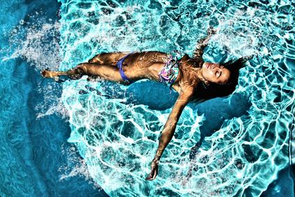 Traiter son eau avec du sel spécial pour piscine : en quoi c'est mieux ?
